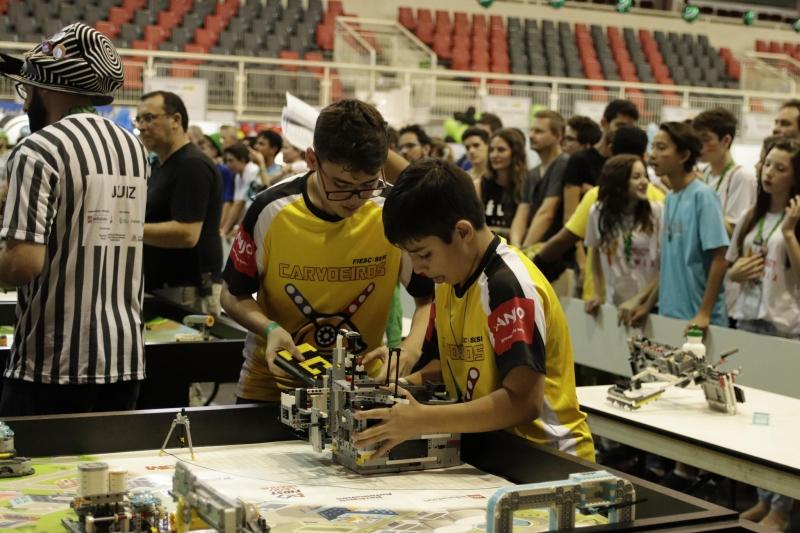 Estudantes de robótica do SESI/SC querem garantir presença nos mundiais da FLL