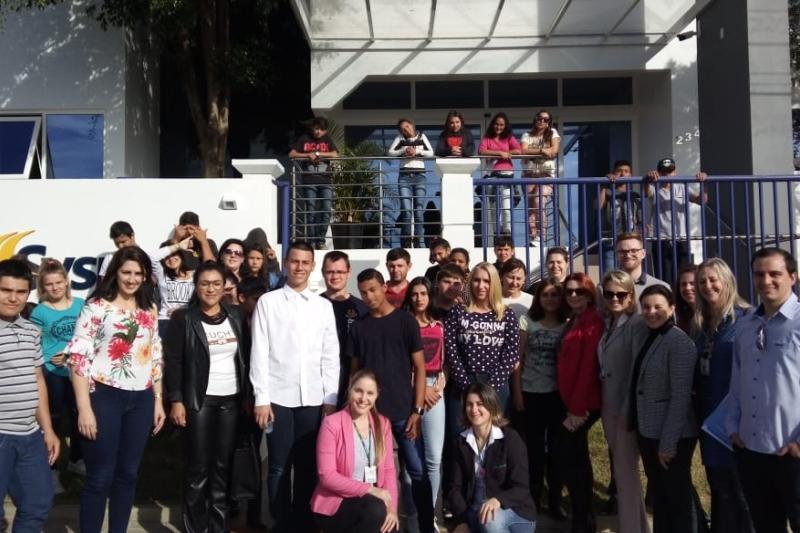 Em São Miguel do Oeste, jovens visitam indústria