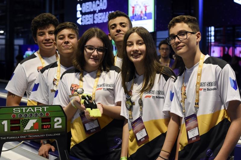 Inspirados na Fórmula 1, estudantes desenvolvem protótipos de carros de cor...