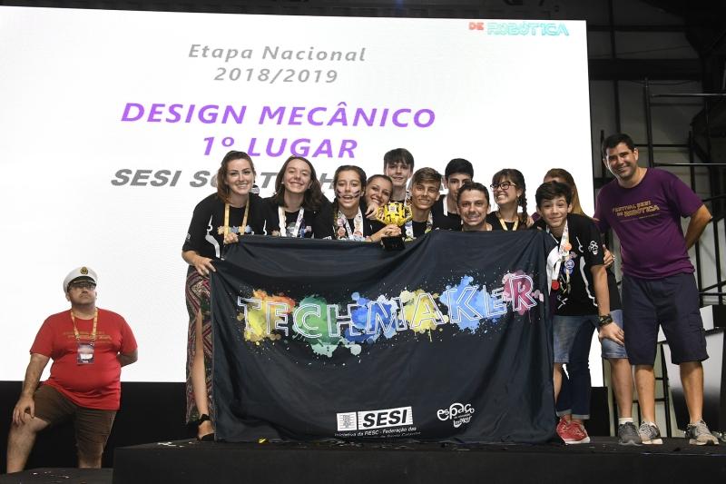 Estudantes de Blumenau criam robô com melhor design mecânico em competiçã...