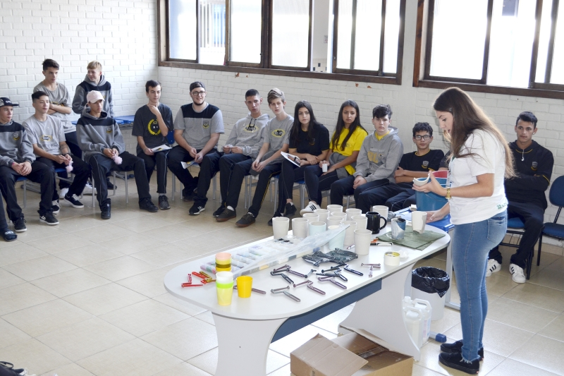 Jovens participam de oficinas no SENAI que preparam para o mercado de trabalho